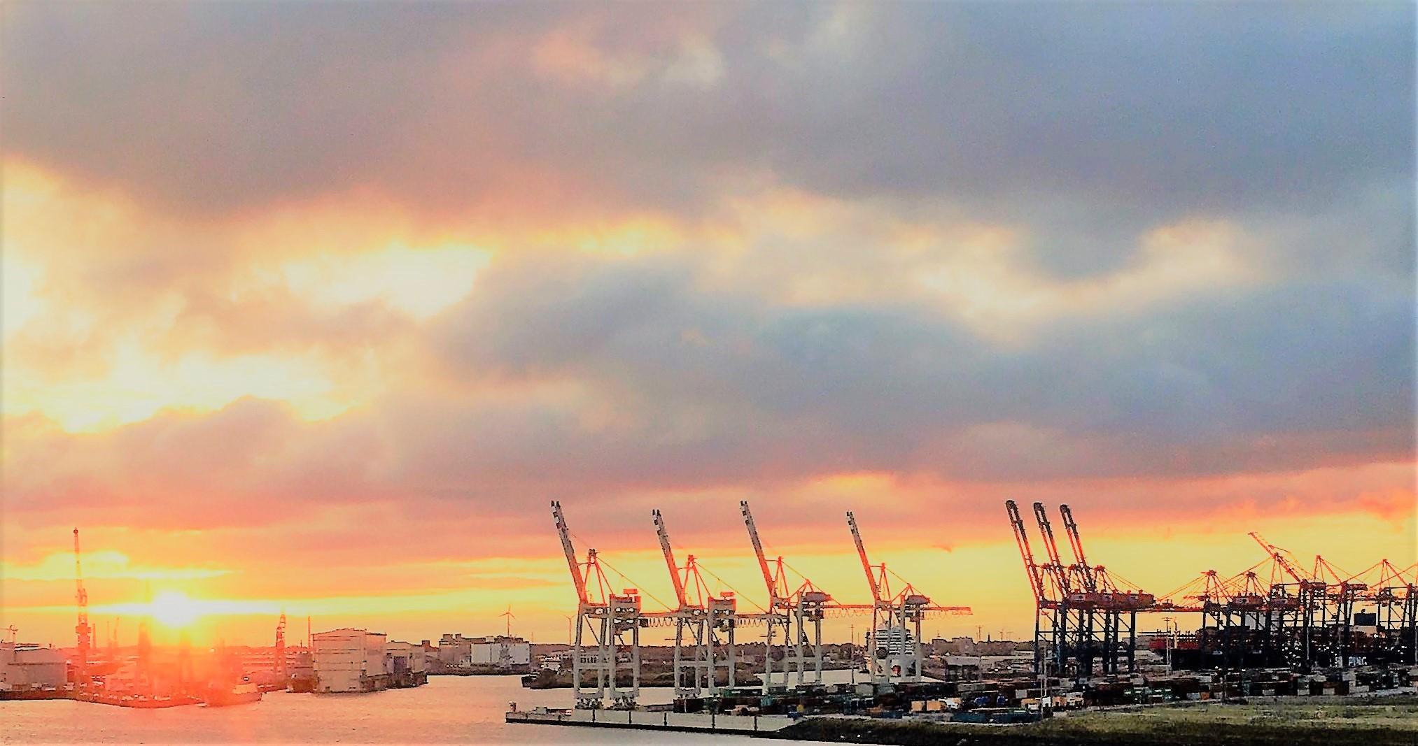 Morgensonne im Hafen Hamburg Foto für Flyer